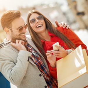 גבר ואישה בקניות